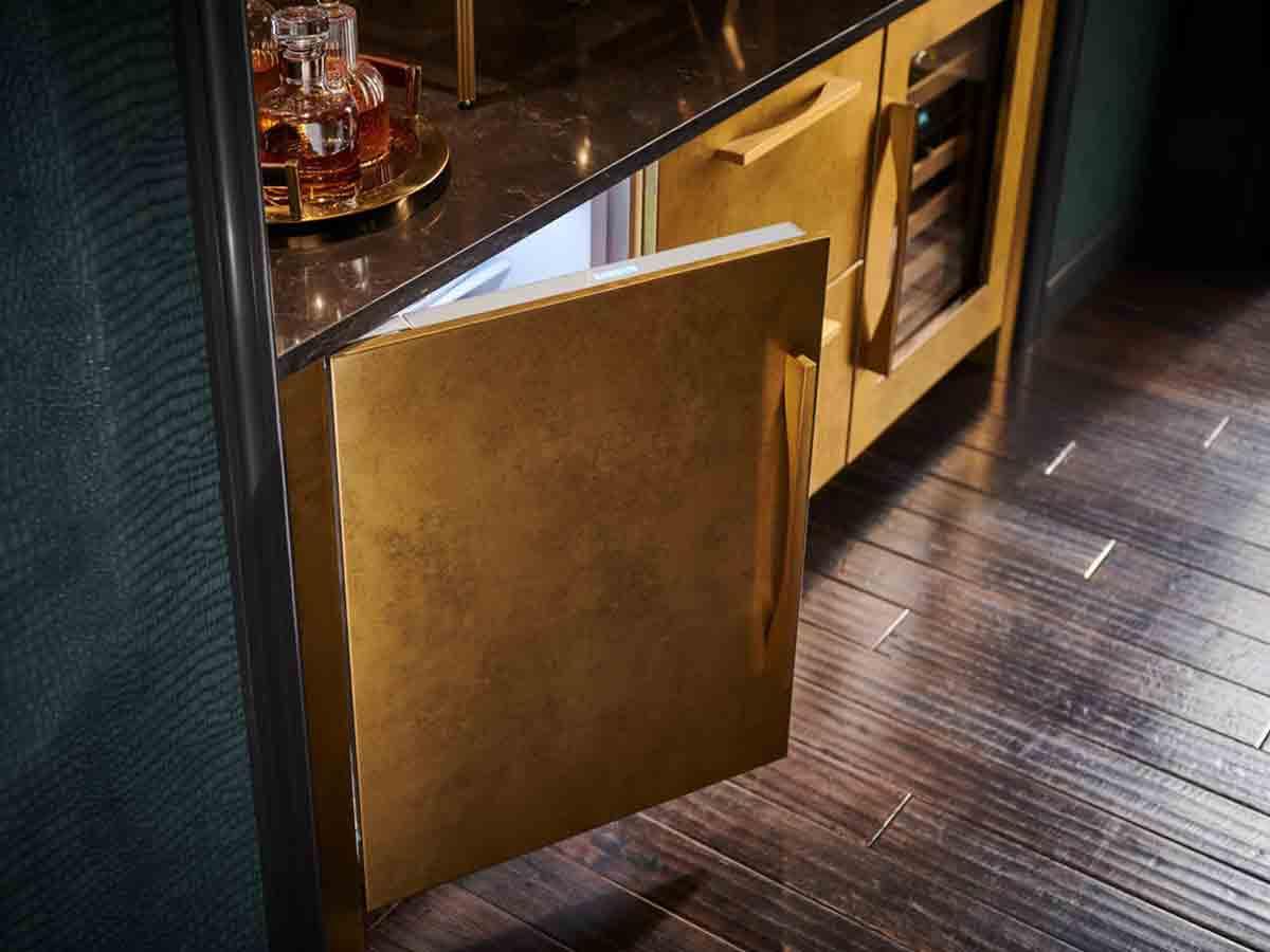 Refrigerador/ Congelador bajo cubierta de 24'' con máquina de hielos panelable